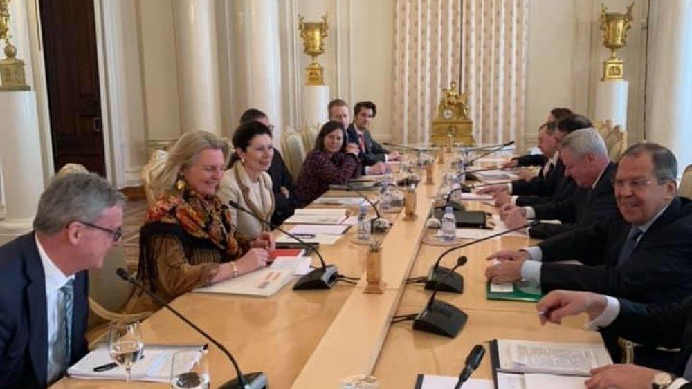 В русском платке: Глава австрийского МИДа произвела фурор на переговорах в Москве (Видео)