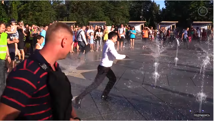 Зеленский, убегая от украинцев, искупался в фонтане. Люди, догоняя президента, падали
