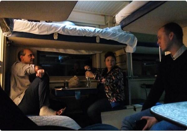 Еды у вас в России нормальной нет и выпить нечего, разговор с украинской семьёй в поезде