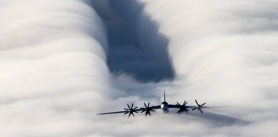 Российский Ту-142МК пролетел на низкой высоте вблизи флагмана НАТО в Норвежском море